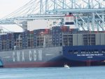 ロサンゼルス港に停泊する世界最大のコンテナ船