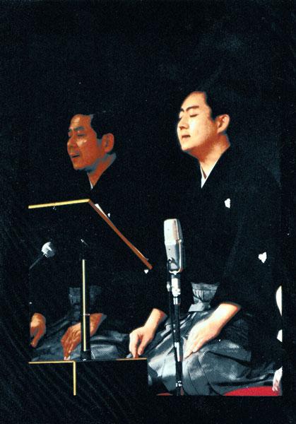 舞台での大島さん(右、写真提供:大島明マークさん)
