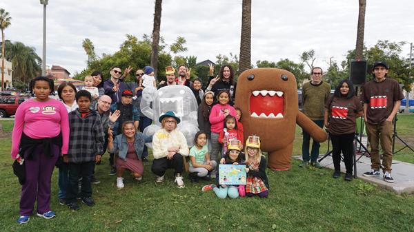 ロサンゼルス市内の公園、エコーパークで開催された「タイム・アフター・タイム・カプセル」のワークショップでの記念撮影。どーもくんも参加(写真提供:セバスチャン増田氏)