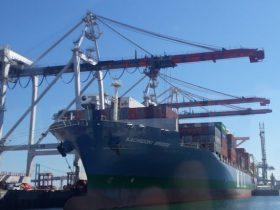 荷役中の商船三井の船